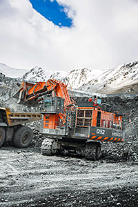Kumtor's EX3600-6 machines are equipped with cold-weather withstand capabilities. Inset: The 21m³ bucket size means that one of the 105m³ payload trucks can be filled in four or five passes.