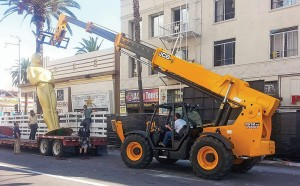 A JCB Loadall telesopic handler makes light work of lifting a giant Oscar into place ahead of Sunday's Academy Awards ceremony-2